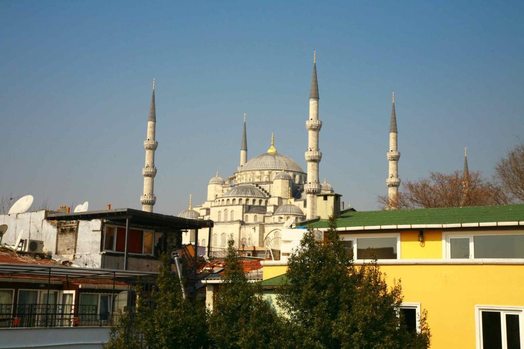 アゴラゲストハウスの屋上から見えるブルーモスク