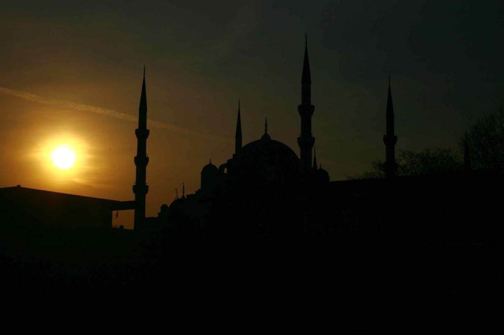 アゴラゲストハウスの屋上から見える夕焼けのモスク