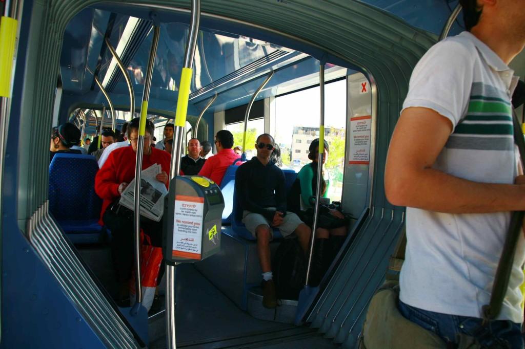 エルサレムのトラムの車内