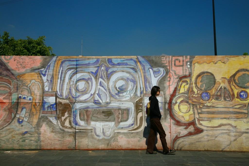 ソカロ広場横の落書きと妻