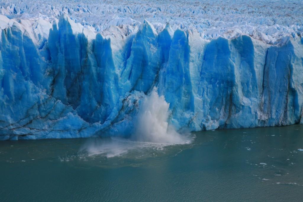 氷河が落ちるとスゴい音と衝撃を感じる。
