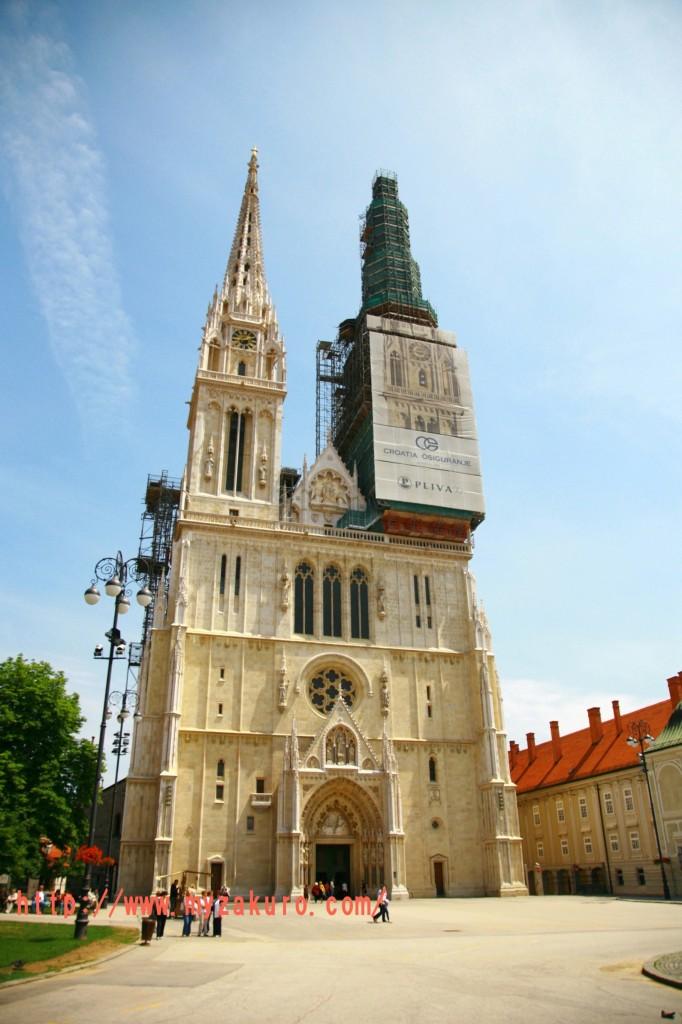 ザグレブ大聖堂は1094年に建築が始まり、破壊や火災をなどで何度も被害を受けている。入り口左右の2つの塔(105 m)はクロアチアで最も高い建造物である。