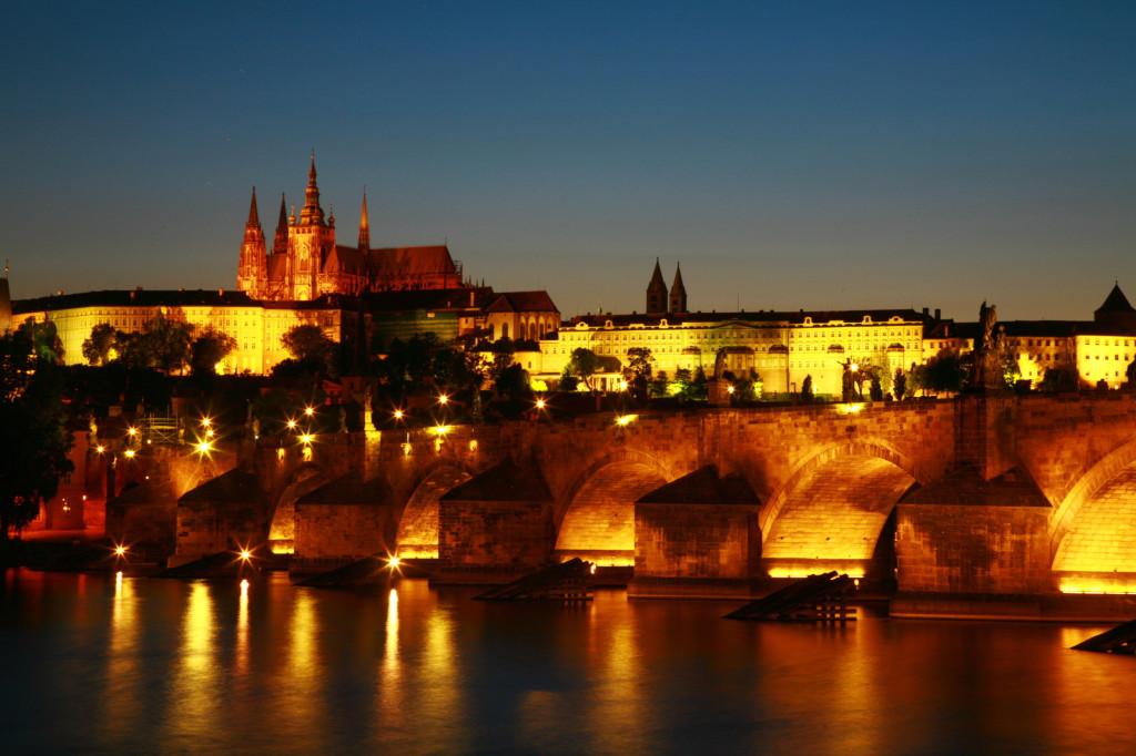 夕日が落ちて30分後のカレル橋とプラハ場