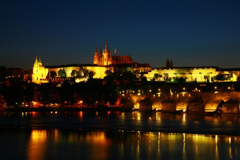 夜のカレル橋とプラハ場