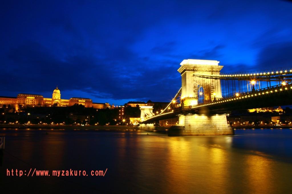 ②反対側から、セーチェーニ鎖橋と王宮を一緒に撮る