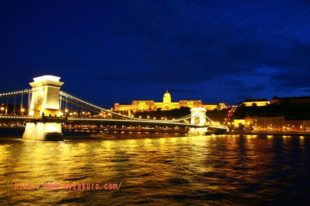 ①セーチェーニ鎖橋と王宮を一緒に撮る