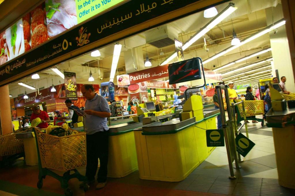 スーパー内は撮影禁止だったので、ここまで。レジはバーコード。ここでシーシャを交渉せずに買える。