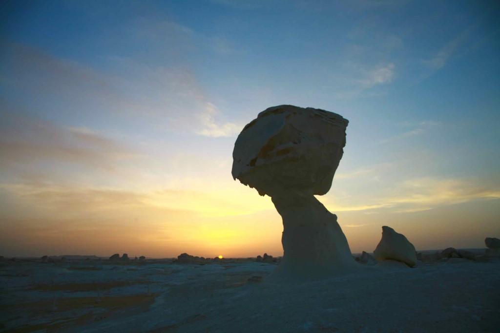夕日が沈む前の白砂漠