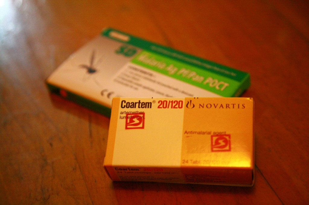 マラリアの検査キットとマラリアの治療薬。2つで1400シリング