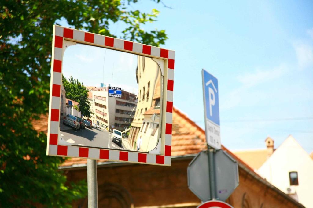 道の反射ミラーもクロアチア国旗カラー
