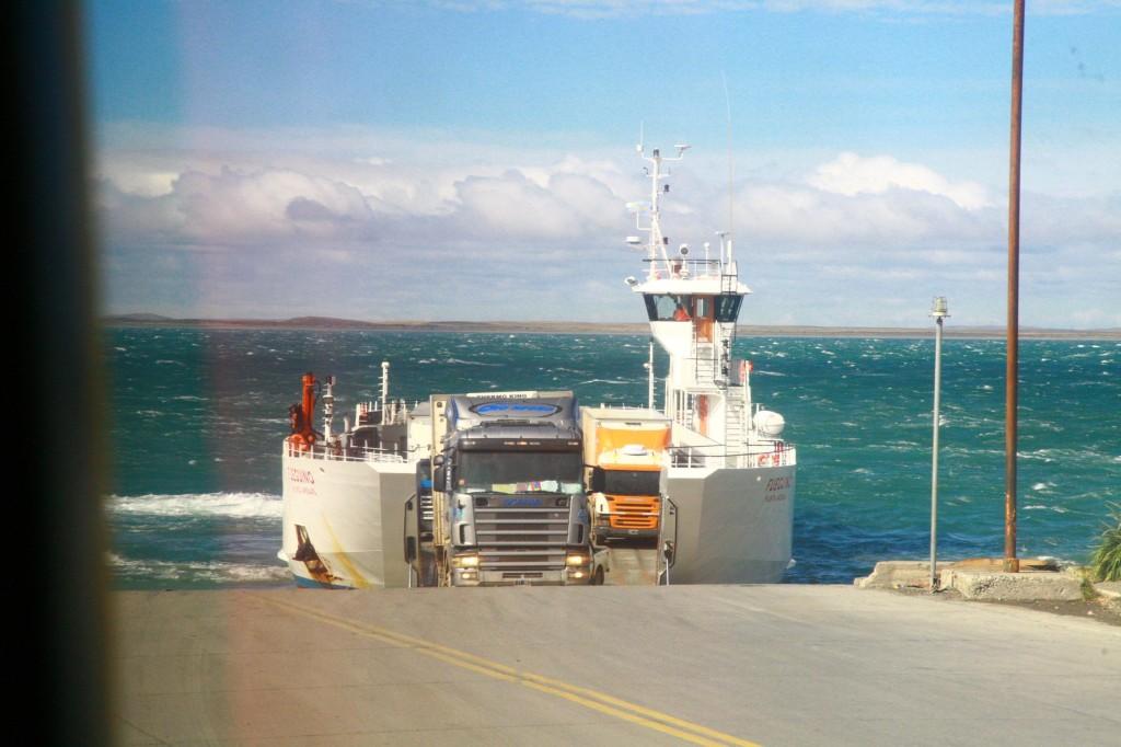 バスごと船に乗ってマゼラン海峡を渡る