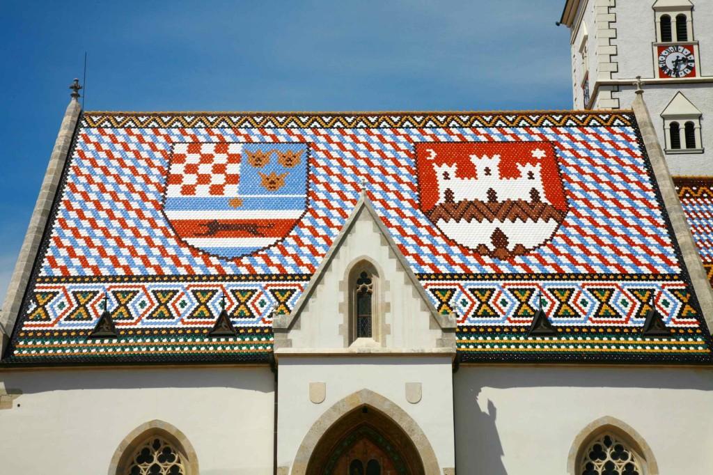左がクロアチア王国の紋章で、右がザグレブの紋章。