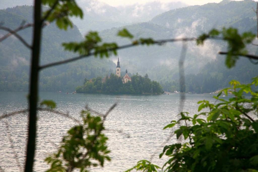 スロベニアのブレッド湖。湖の上に教会がある。