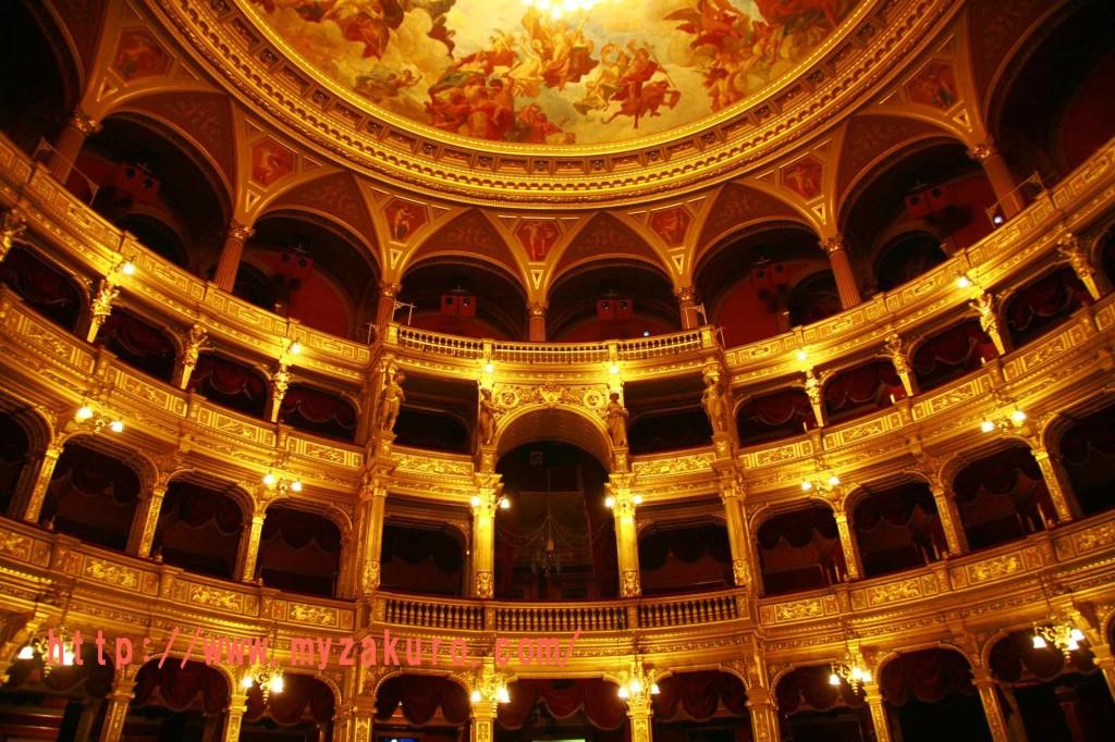 ハンガリー国立歌劇場の豪華な観客ホール