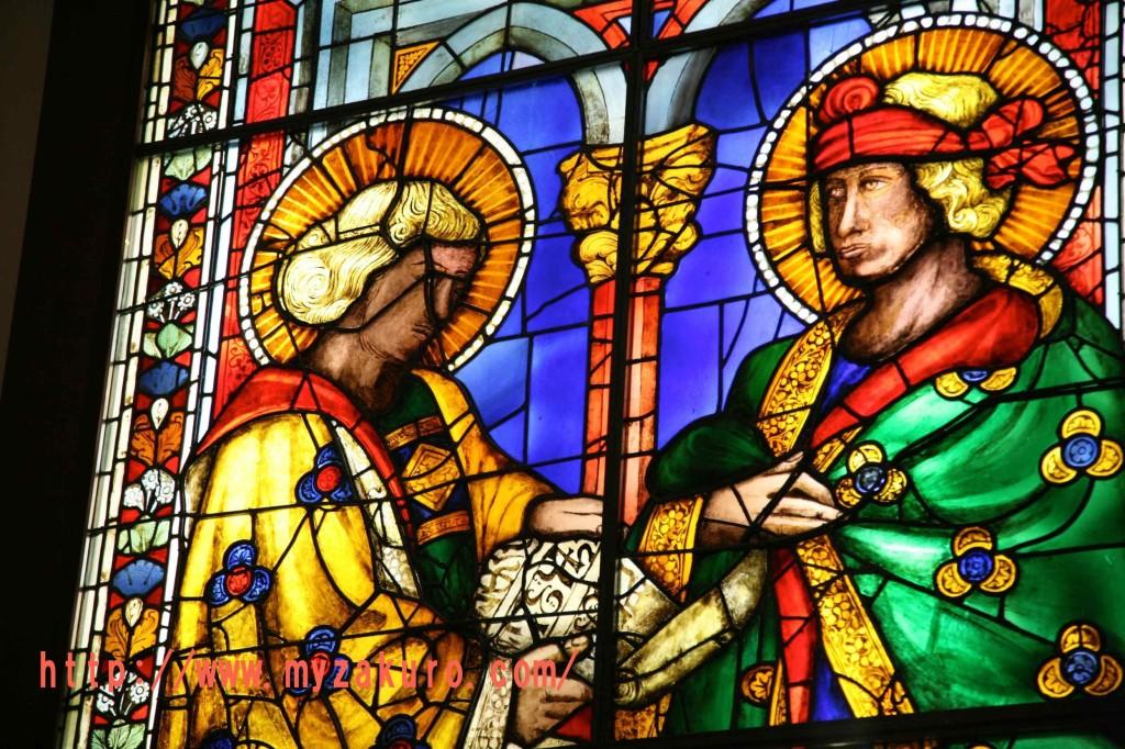 サンタ・マリア・デル・フィオーレ大聖堂の内部ステンドグラス