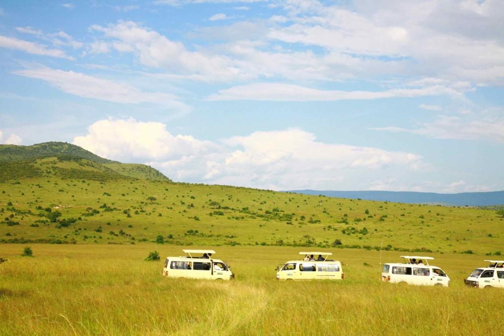 マサイマラ国立公園でゲームサファリをする。サファリの車は天井が開く。