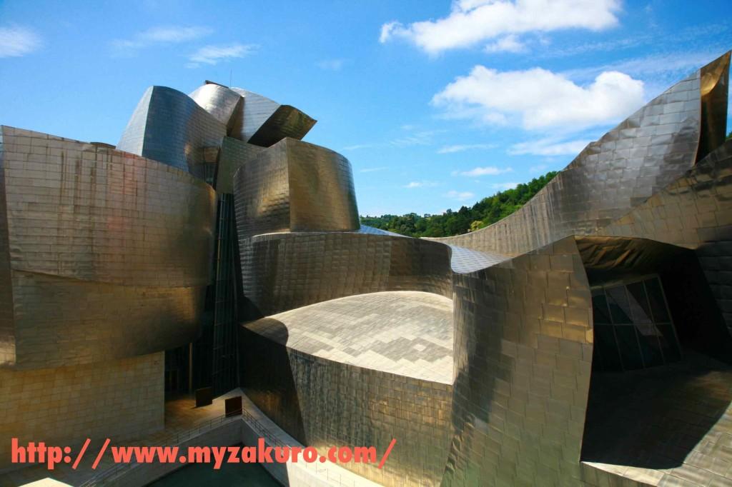 平らな面が一面もない、ビルバオ・グッゲンハイム美術館