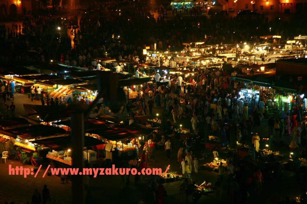 深夜1時のフナ広場。ラマダン期間中はこの状態が4時くらいまで続く。モロッコ人は日が昇る前にガチ食い。