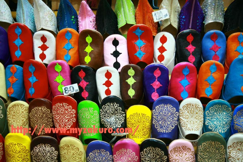 マラケシュの伝統工芸館で購入したモロッコサンダルのバブーシュ。値段が明記されているが、50〜60DHくらで買える