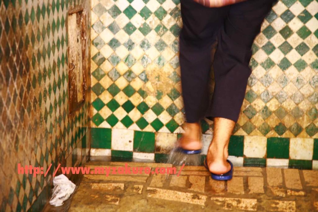 モスクに入る前に足を洗うのがイスラム教徒の習慣