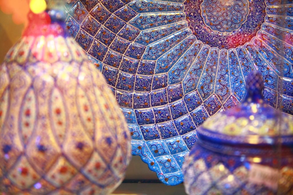 ペルシャ陶器の壷と飾りの置き皿