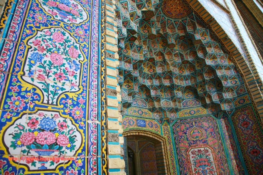 イランのシーラズにある「マスジェデ・ナスィーロル・モスク」外側の壁は綺麗な薔薇が敷き詰められている。通称ピンクモスクと地元民に呼ばれている。