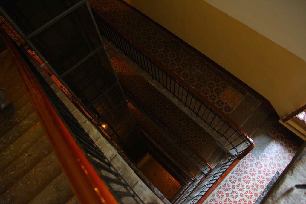 ホステルの階段。普通のマンションの最上階がホステルです。