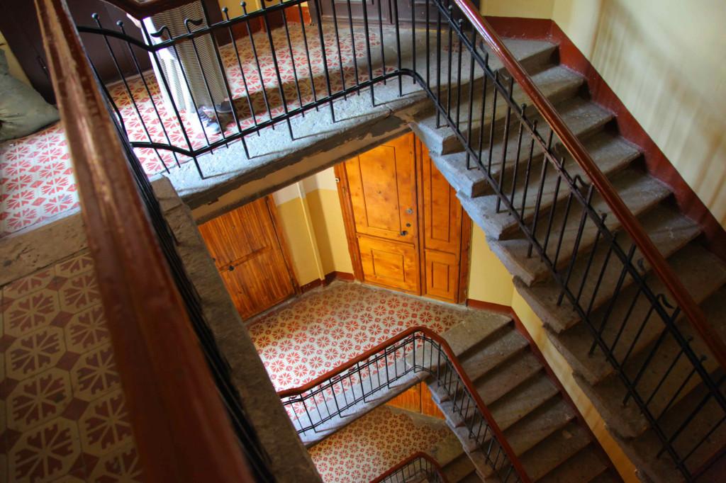 階段で登るとキツいです。