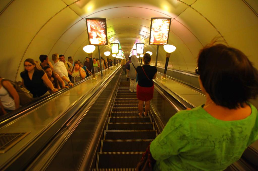 核シェルターになっている深い地下鉄まで、急スピードでエレベータで降りて行きます。