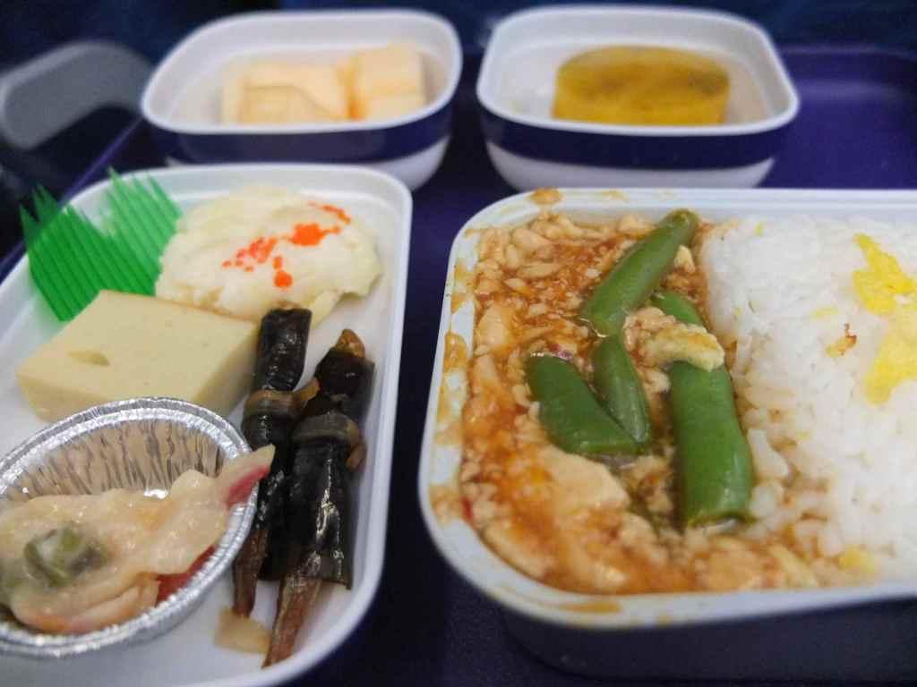 上海 〜東京のフライトの機内食は麻婆豆腐。