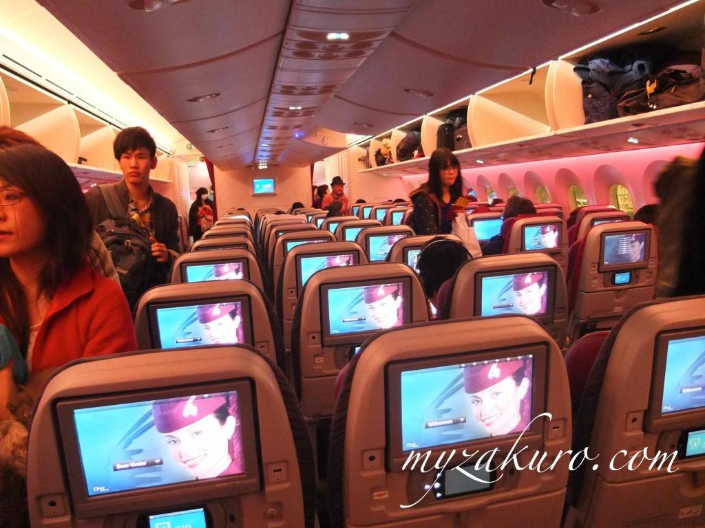 カタール航空の機内の様子:深夜便だったので、蛍光灯ではなく白熱灯で照明が弱め