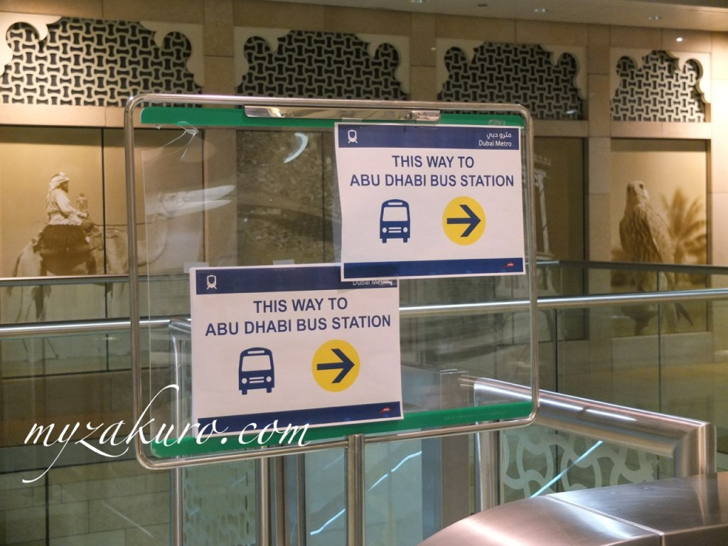 Al Ghubaiba駅で降りたら、バスターミナルへ行く看板が出てます