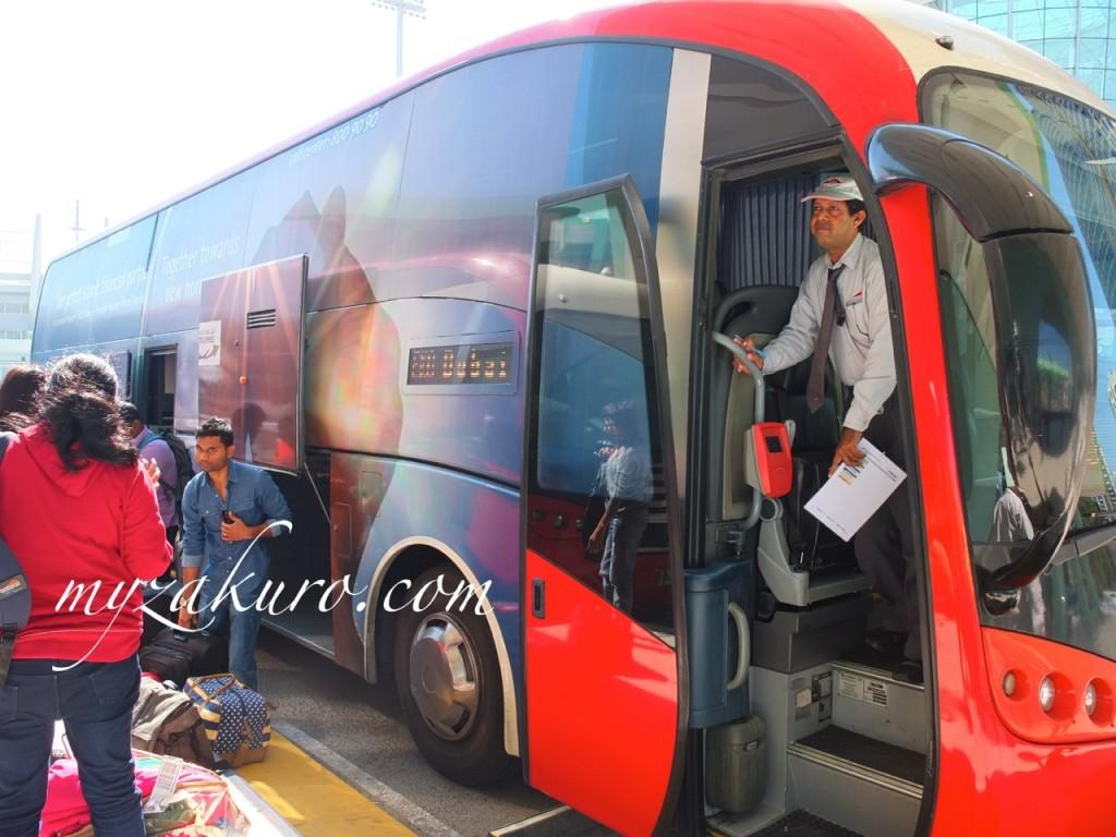 ドバイ〜アブダビを走るバス