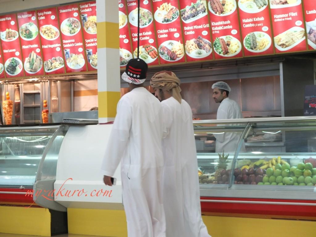 最近のアラブの若者は民族衣装にキャップが流行ってるみたいです。