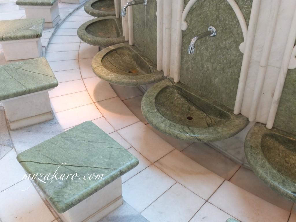 シェイク・ザーイド・モスク内のトイレの足洗い場