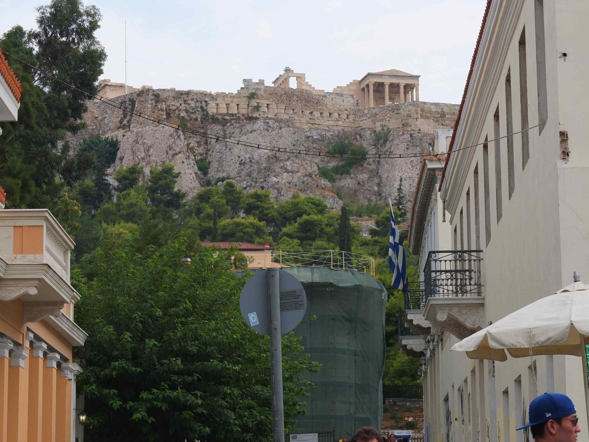プラカ地区を歩いてると、いたるところからパルテノン神殿が見えます。