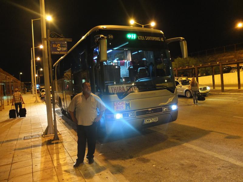 出口を出たらすぐにバスがあります