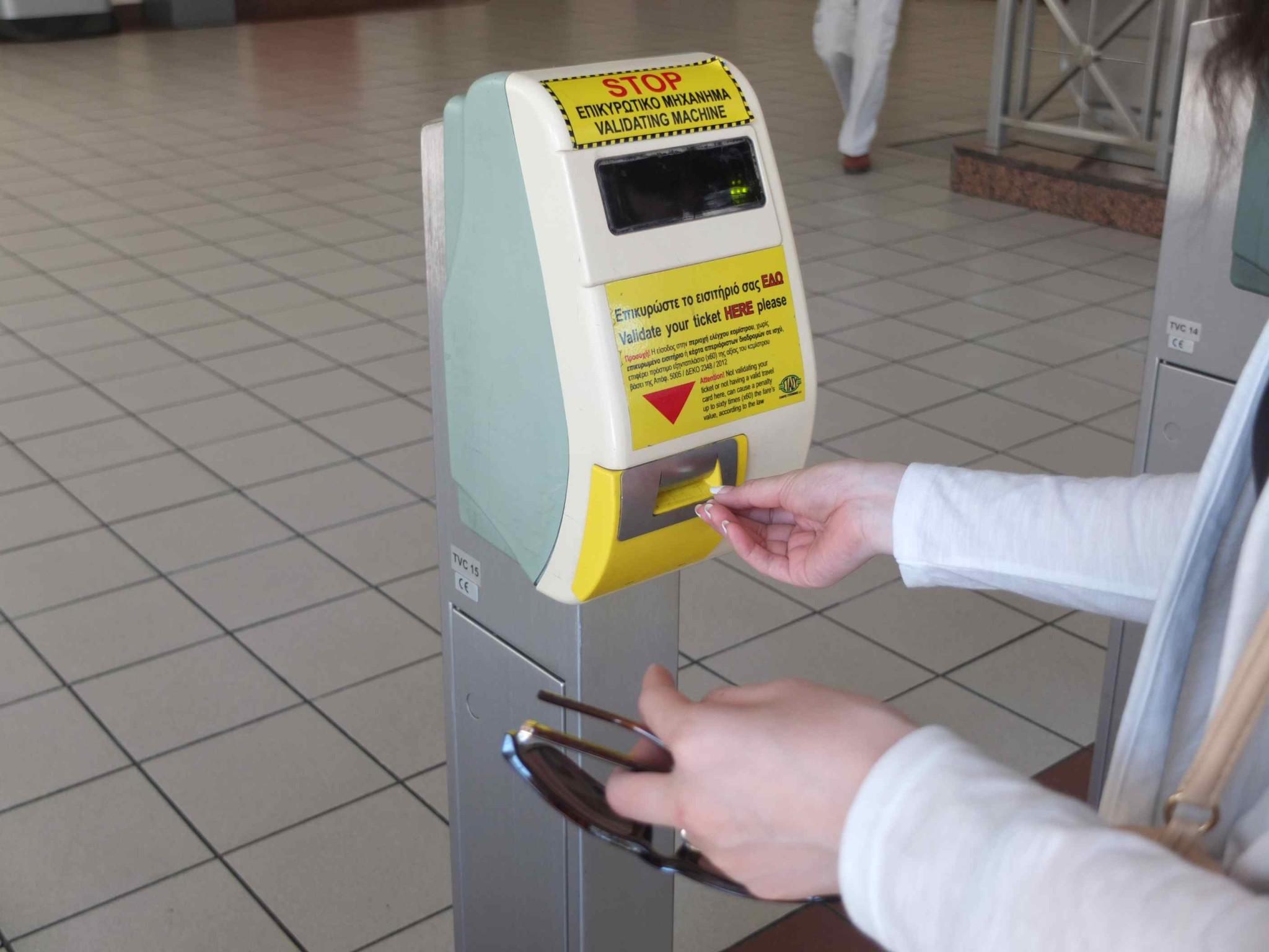 買ったチケットを駅にある刻印機に入れます