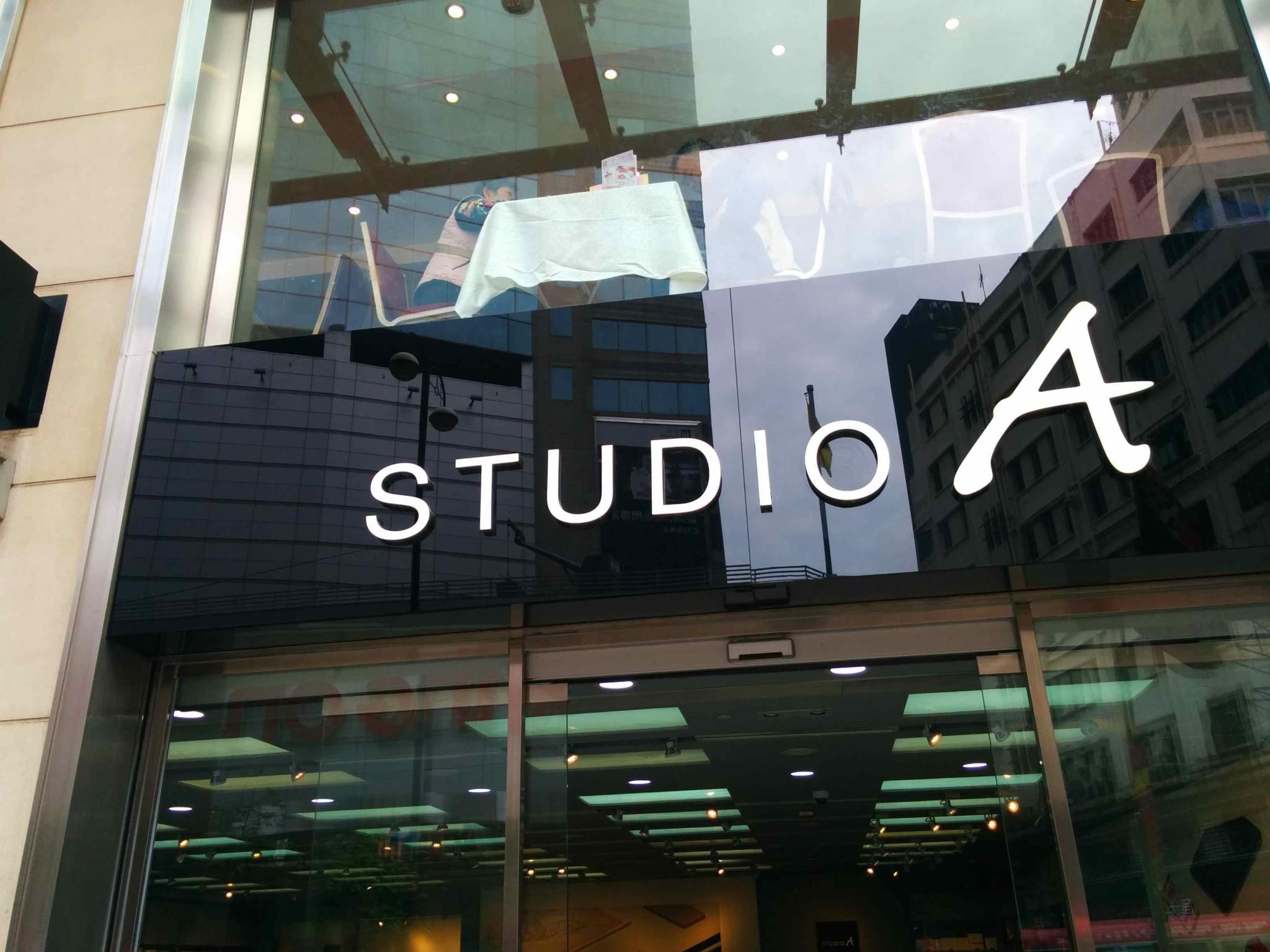 目の前にSTUDIO Aというアップルストアーのパクリ店舗です。